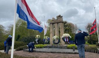 Kranslegging bij herdenkingsmonument Amsterdamseweg
